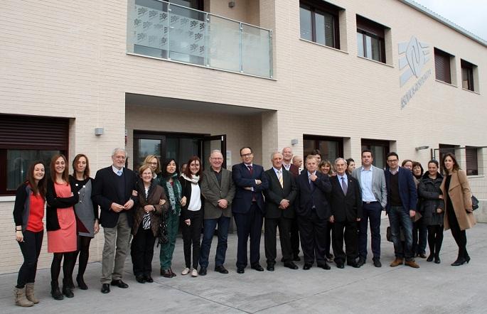 Representantes institucionales y del movimiento asociativo FEAFES posan a la entrada de la nueva residencia de ASOVICA