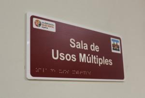 sala de usos múltiples señalética accesible en la sede de SALUD MENTAL ESPAÑA