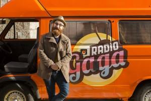 Manuel Burque junto a la caravana de Radio Gaga