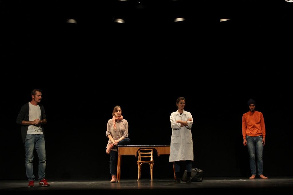Los cuatro actores salen a escena