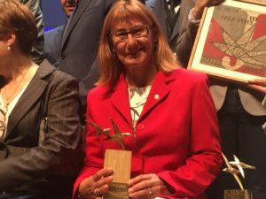 Elena Briongos recoge el premio Albert Jovell