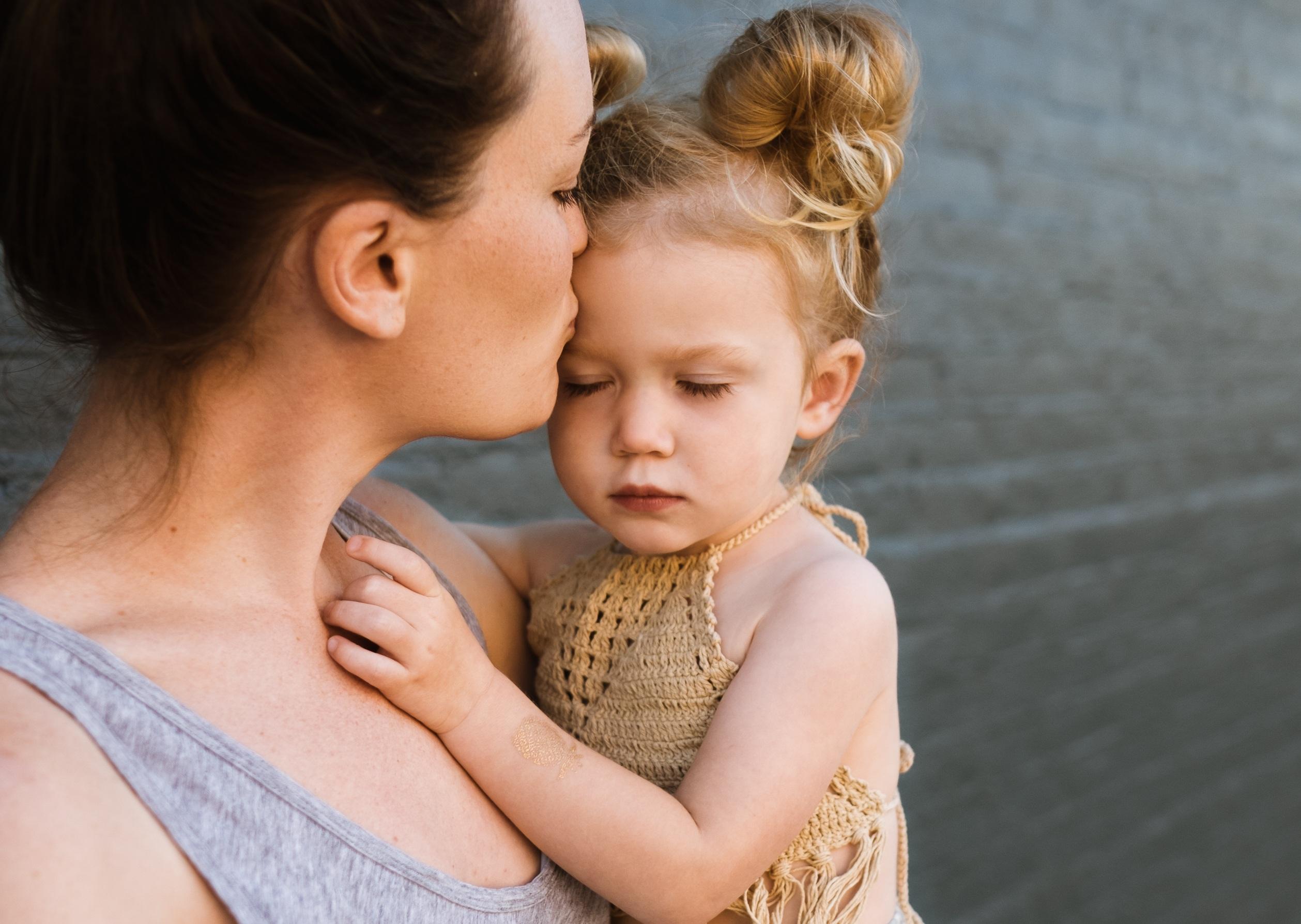 Madre besando a su hija