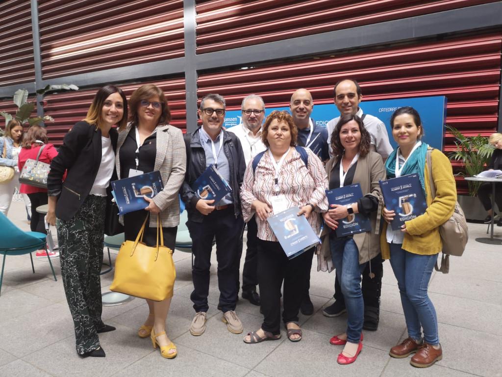 epresentantes de AFAEPS y SALUD MENTAL ESPAÑA, tras la recogida del premio.