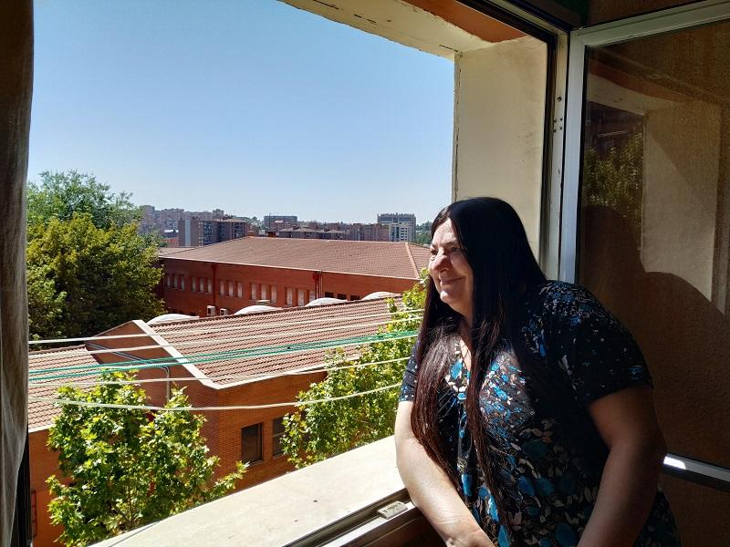 Carmen en la ventana su casa.